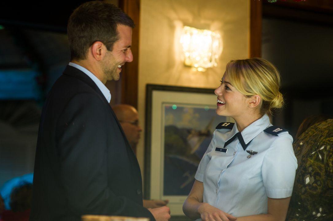 Obwohl die pedantische und korrekte Allison (Emma Stone, r.) alles andere als sein Typ ist, muss Brian (Bradley Cooper, l.) schon bald erkennen, das... - Bildquelle: 2015 Columbia Pictures Industries, Inc. All Rights Reserved.