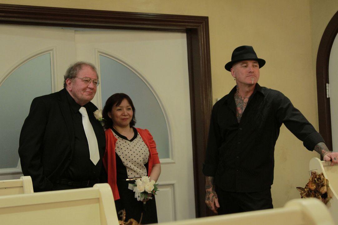 Dirk (r.) verschönert nicht nur sein Tattoo, sondern begleitet Polizist Tim (l.) auch noch zu seiner Hochzeit ... - Bildquelle: 2013 A+E Networks, LLC