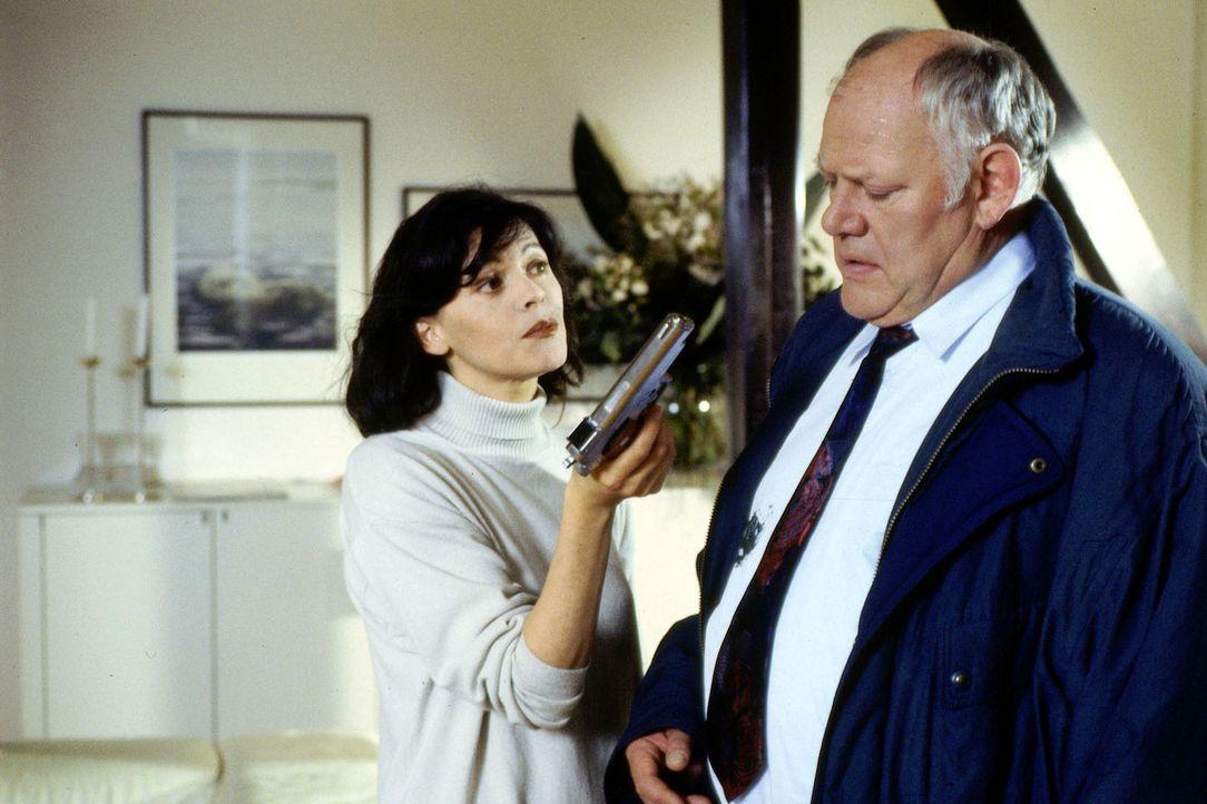 Sonja Tauber (Angela Roy, l.) präsentiert Sawatzki (Klaus Pönitz, r.) die Waffe, mit der sie ihren Ex-Mann getötet haben soll. Bei näherer Betrachtu... - Bildquelle: Alfred Raschke Sat.1