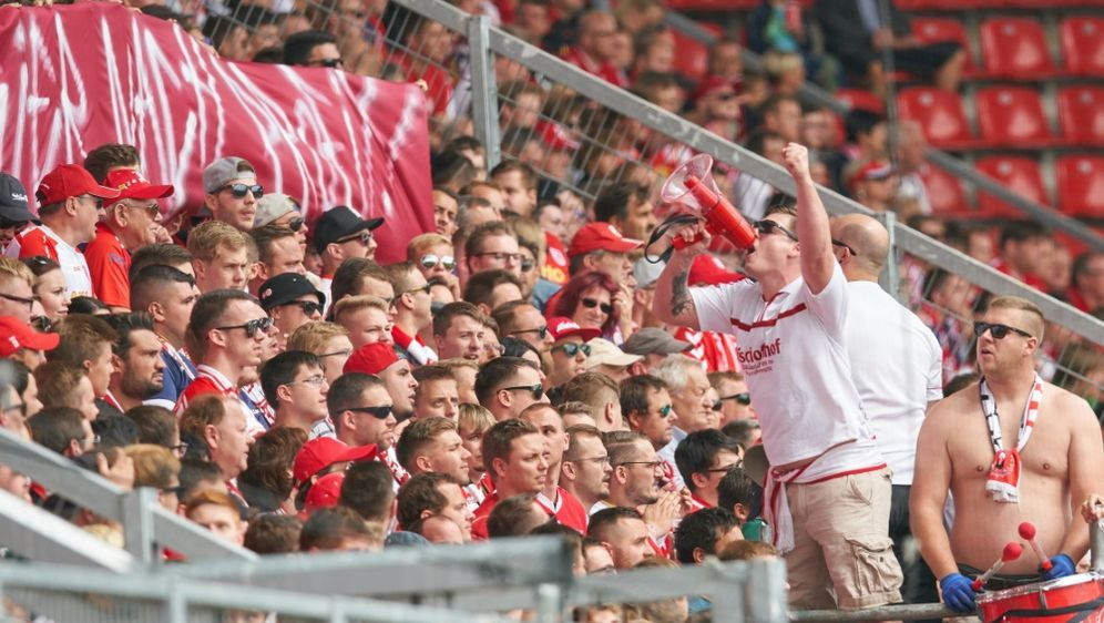 Schanzer Fans feiern den 4:0-Sieg über St. Pauli - Bildquelle: PIXATHLONPIXATHLONSID