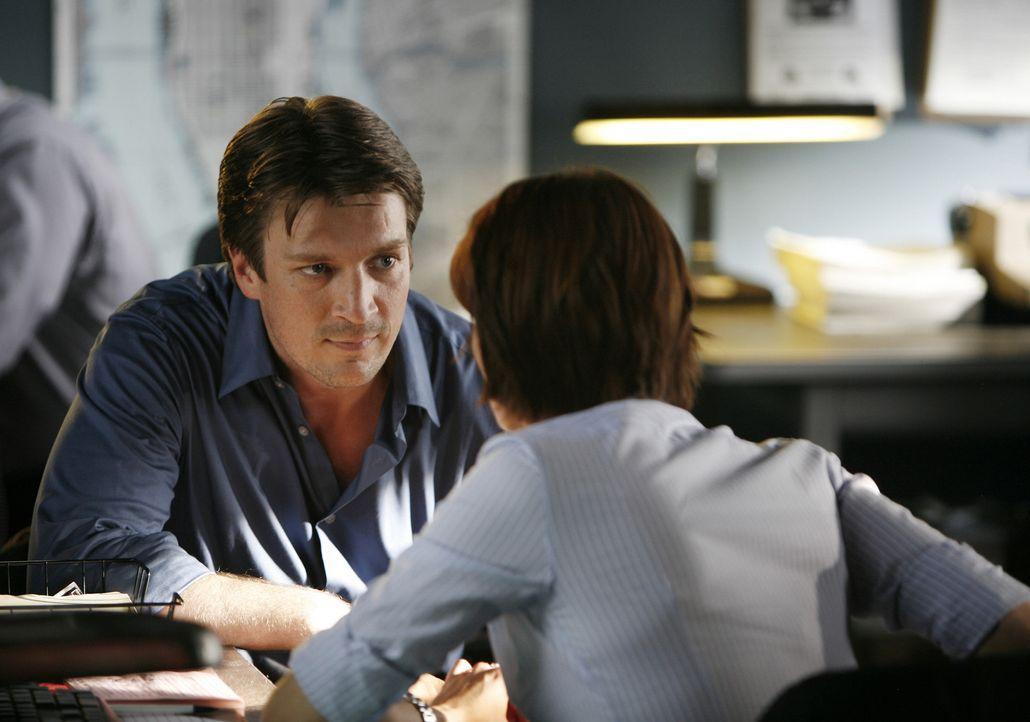 Richard Castle (Nathan Fillion, l.) erklärt Kate Beckett (Stana Katic, r.), warum er unbedingt bei den Ermittlungen helfen möchte. - Bildquelle: ABC Studios