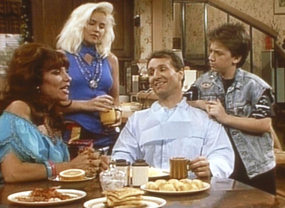 Weil Peggy (Katey Sagal, l.), Kelly (Christina Applegate) und Bud (David Faustino, r.) glauben, dass Al (Ed O'Neill, 2.v.r.) eine Million Dollar unt... - Bildquelle: Sony Pictures Television International. All Rights Reserved.