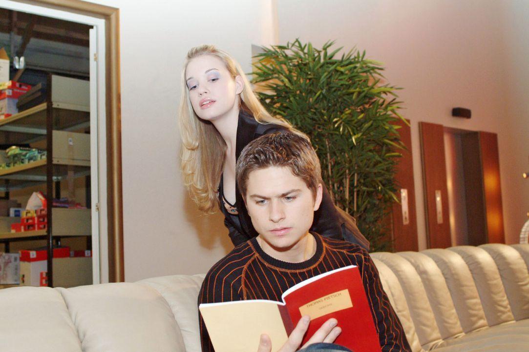 Kim (Lara-Isabelle Rentinck, hinten) trifft Timo (Matthias Dietrich, vorne), der auf dem Sofa die Gedichte seines Vaters liest - und glaubt, einen n... - Bildquelle: Monika Schürle Sat.1