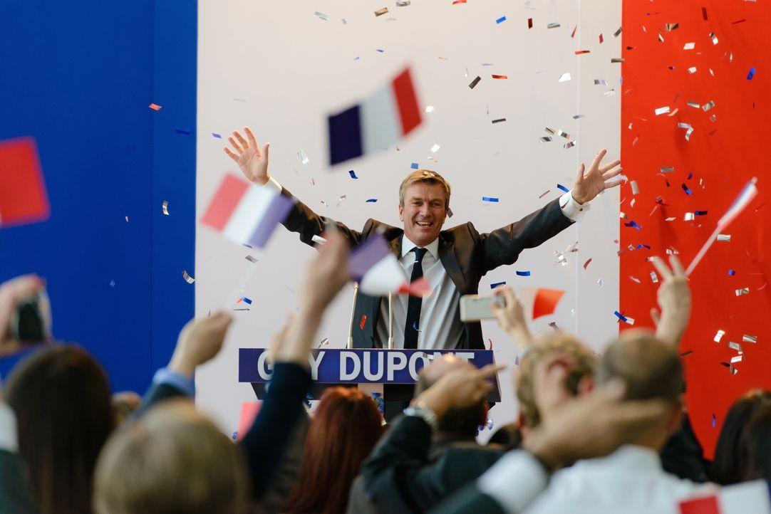 Irgendwo, da ist sich die Bundeskanzlerin Anna Bremer sicher, ist sie dem neu gewählten französischen Präsidenten Guy Dupont (Philippe Caroit) schon... - Bildquelle: Stefan Erhard SAT. 1