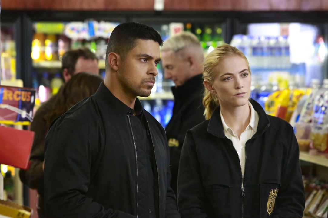 Wieso verschwindet ein wichtiger Zeuge vom Tatort des ermordeten Marine-Offiziers? Torres (Wilmer Valderrama, l.) und Bishop (Emily Wickersham, r.)... - Bildquelle: Bill Inoshita 2016 CBS Broadcasting, Inc. All Rights Reserved