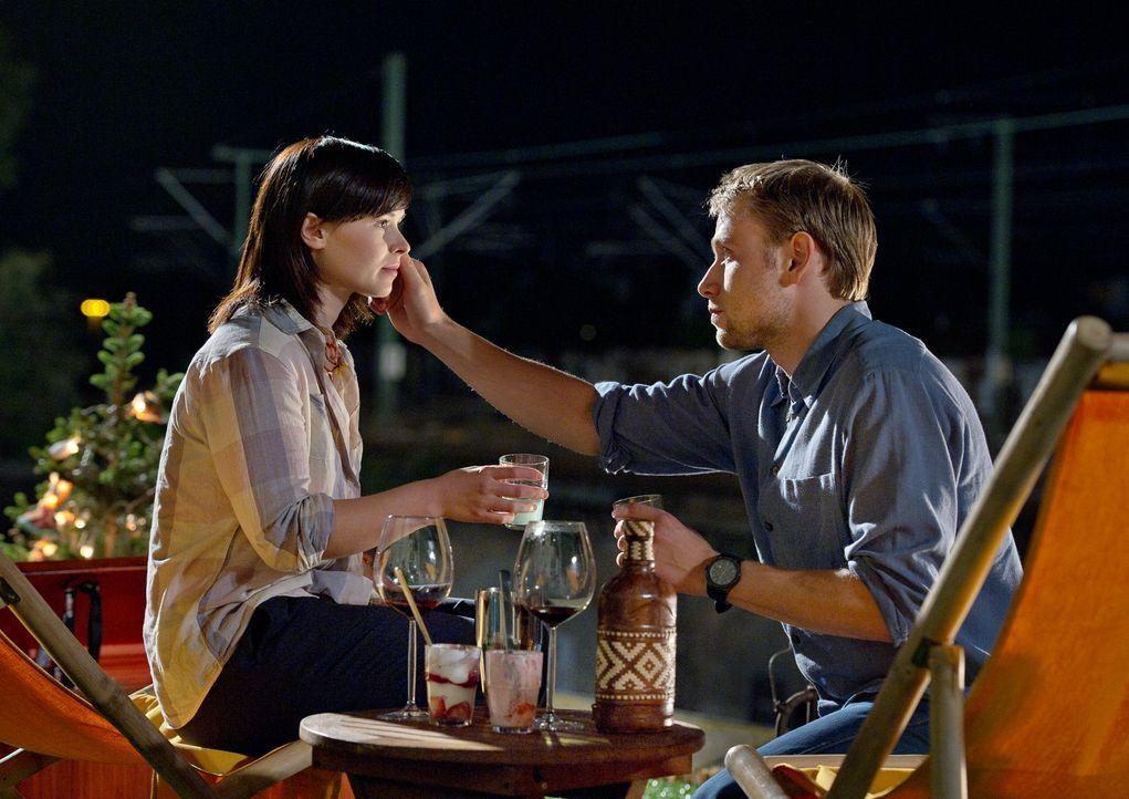 Als Tim (Max Riemelt, r.) sich in Marie (Anna Fischer, l.) verliebt, hat er ein echtes Problem, denn diese glaubt ja, dass er einen tödlichen Gehirn... - Bildquelle: 2012 Constantin Film Verleih GmbH