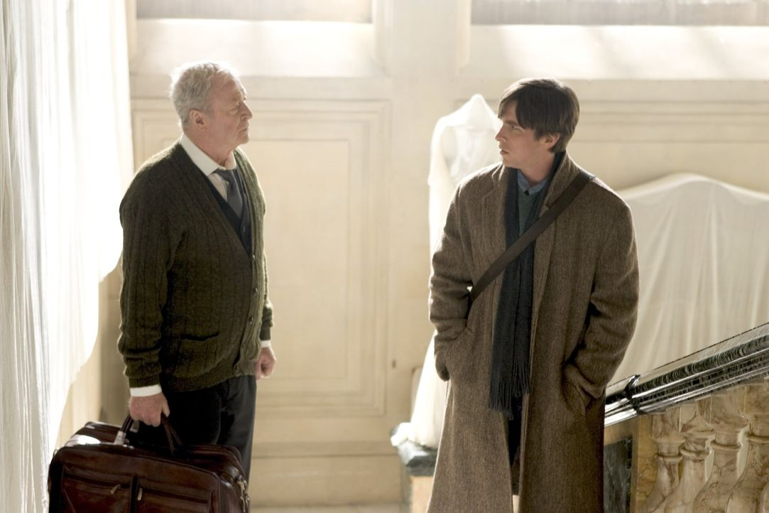Nur der treue Butler Alfred Pennyworth (Sir Michael Caine, l.) weiß, dass Bruce Wayne (Christian Bale, r.) am Leben und zudem der Batman ist ... - Bildquelle: 2005 Warner Brothers