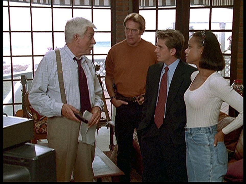 (v.l.n.r.) Mark (Dick Van Dyke), Steve (Barry Van Dyke), Jesse (Charlie Schlatter) und Amanda (Victoria Rowell) rätseln, wer der Mörder ist, der es auf alle Direktoren des Senders abgesehen hat.