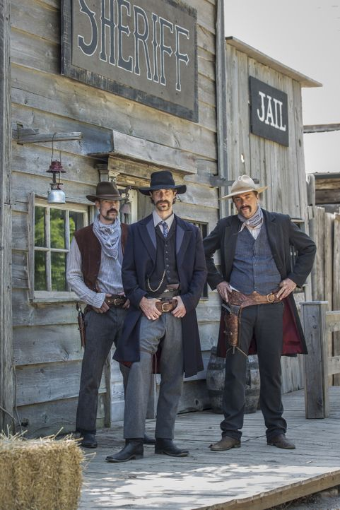 Marshal Dallas Stoudenmire (Julian Christopher, M.) zeigt den Gangstern Jim (Jeremiah Kitchen, l.) und Frank Manning (Nic Bayley, r.) klar, wer in d... - Bildquelle: Pana Pantazidis Cineflix 2015