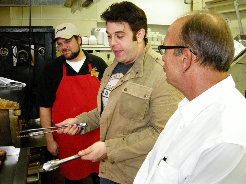 Auf der Suche nach der besten Wurst schaut Adam Richman (M.) im Schmidt's Sausage Haus Chef Geoff Schmidt (r.) über die Schulter ... - Bildquelle: Darell Day 2008, The Travel Channel, L.L.C.
