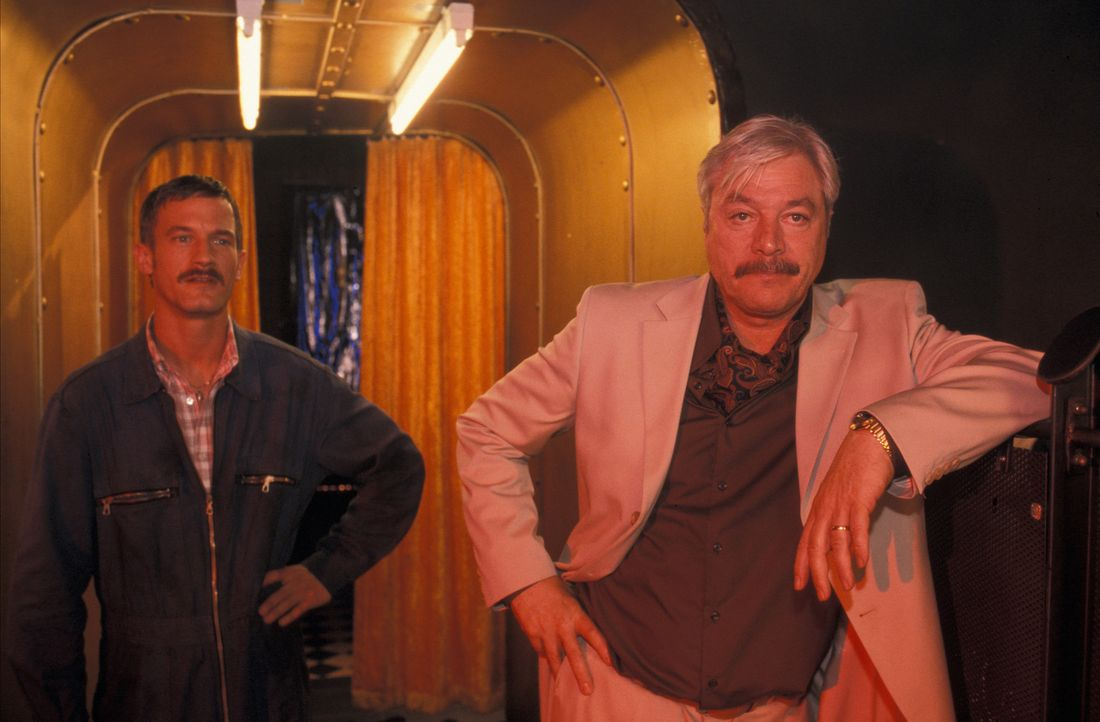 Eines Tages überfällt Ali (Juraj Kukura, r.) den Autoschieber und Kredithai Harry Fleischer und seine rechte Hand, Rudi (Sönke Möhring, l.), mit ein... - Bildquelle: ProSieben