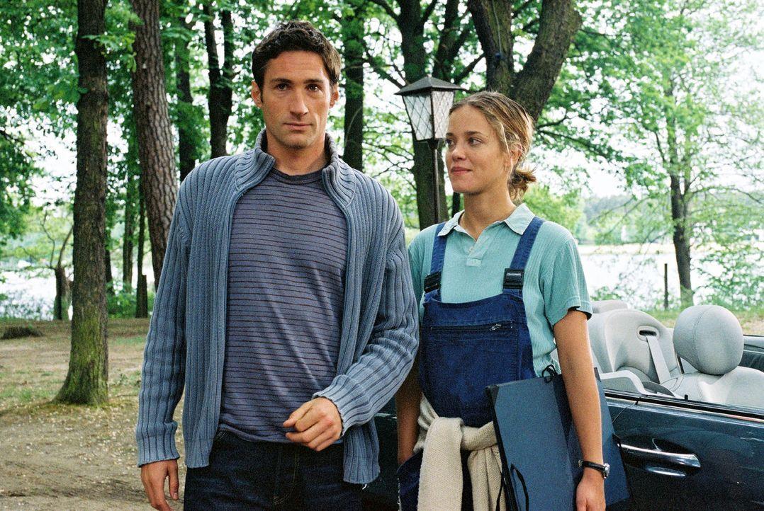 Bei der Vorbereitung seiner Hochzeit mit Karen fühlt sich Hannes (Benjamin Sadler, l.) immer stärker zu Nina (Muriel Baumeister, r.), der Besitzer... - Bildquelle: Sat.1