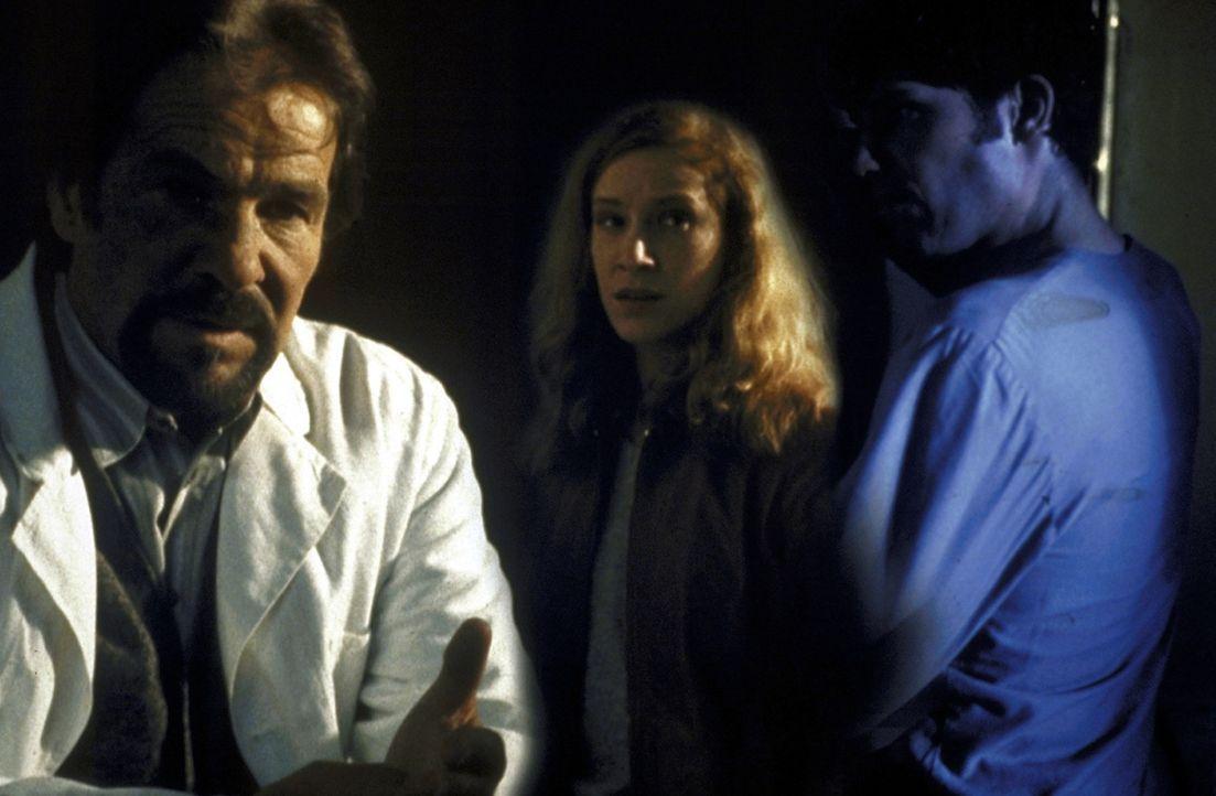 Als seine Patienten sind Martin (Tim Bergmann, r.) und Tanja (Chiara Schoras, M.) dem undurchsichtigen Dr. Meinfeld (Götz George, l.) hilflos ausge... - Bildquelle: Marco Meenen ProSieben
