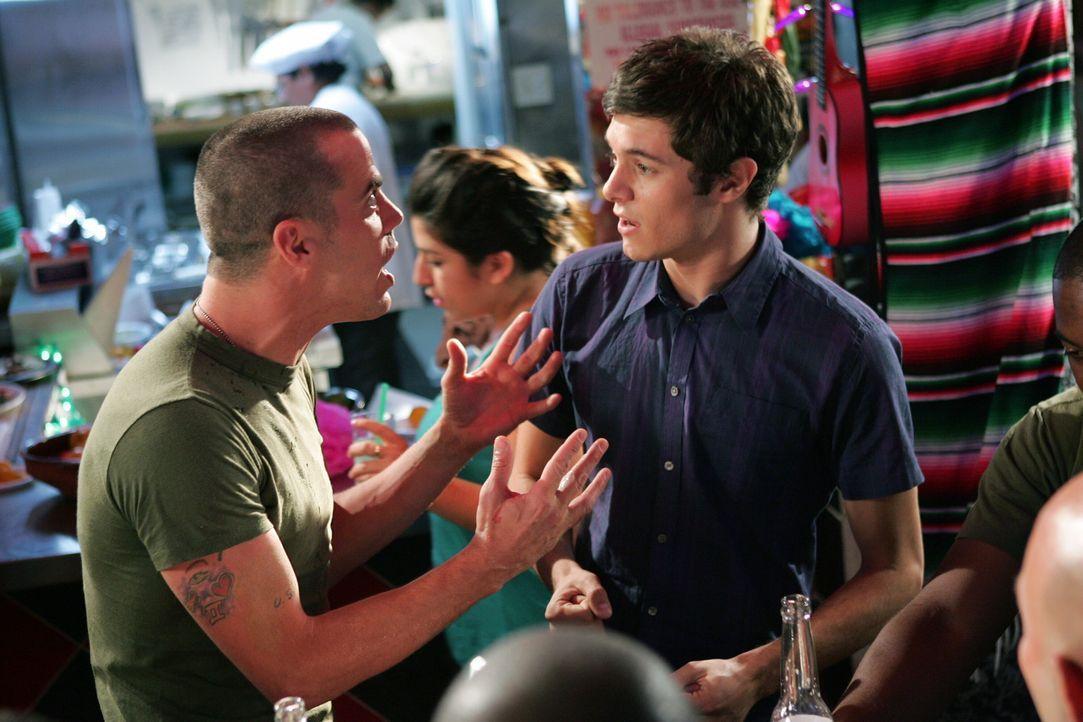 Seth (Adam Brody, r.) zwingt Ryan, ihn mit nach Mexiko zunehmen und dort gelingt es ihm tatsächlich, nach einer wüsten Tequila-Orgie mit einem Mar... - Bildquelle: Warner Bros. Television