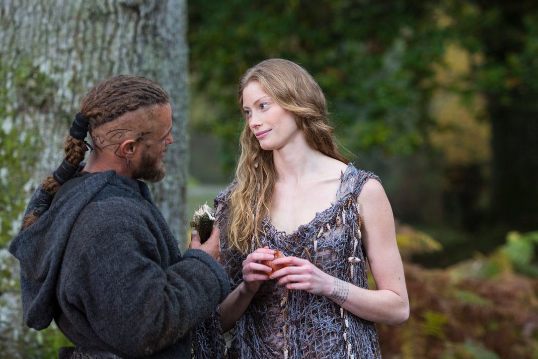 Ohne sie richtig zu kennen, verliebt sich Ragnar (Travis Fimmel, l.) in die rätselhafte Aslaug (Alyssa Sutherland, r.), die ihm bereits nach wenigen... - Bildquelle: 2013 TM TELEVISION PRODUCTIONS LIMITED/T5 VIKINGS PRODUCTIONS INC. ALL RIGHTS RESERVED.