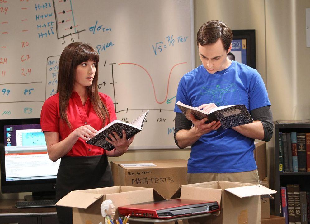Als Sheldon (Jim Parsons, r.) eine junge Alex (Margo Harshman, l.) als Assistentin einstellt, fühlt sich Amy von ihr bedroht, während Howards Nerven... - Bildquelle: Warner Bros. Television