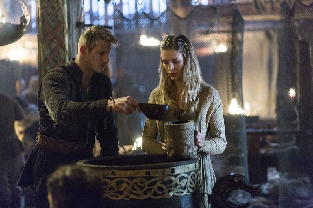 Haben Bjorn (Alexander Ludwig, l.) und Porunn (Gaia Weiss, r.) Chance auf eine gemeinsame Zukunft? - Bildquelle: 2014 TM TELEVISION PRODUCTIONS LIMITED/T5 VIKINGS PRODUCTIONS INC. ALL RIGHTS RESERVED.