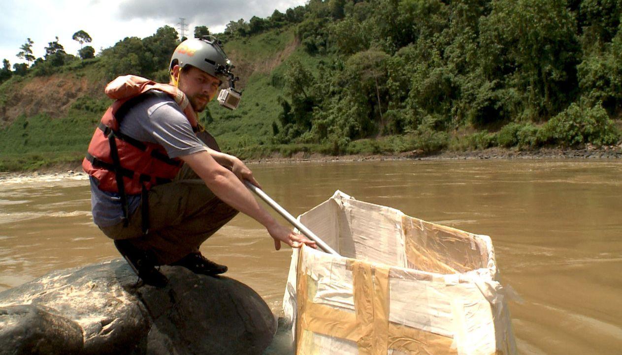Im selbstgebastelten Papp-Boot den Fluss hinunter - Klaas schwant Böses ... - Bildquelle: ProSieben
