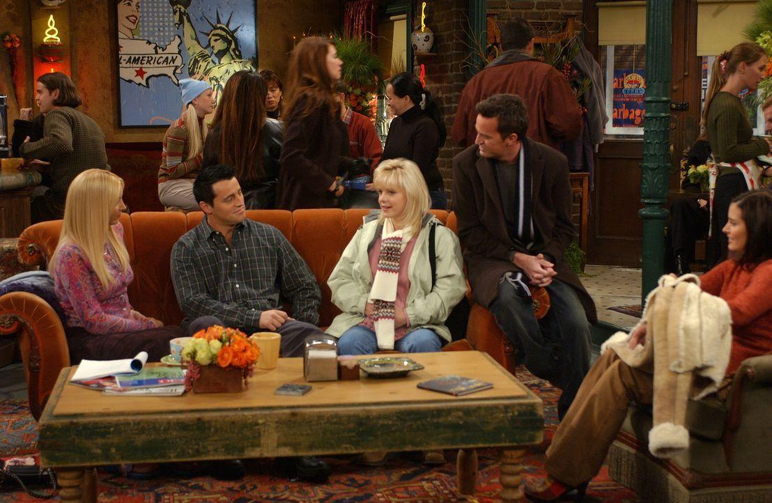 Während Ross und Rachel auf dem Weg ins Krankenhaus sind, erfahren Phoebe (Lisa Kudrow, l.), Joey (Matt LeBlanc, 2.v.l.), Chandler (Matthew Perry, 2... - Bildquelle: 2003 Warner Brothers International Television