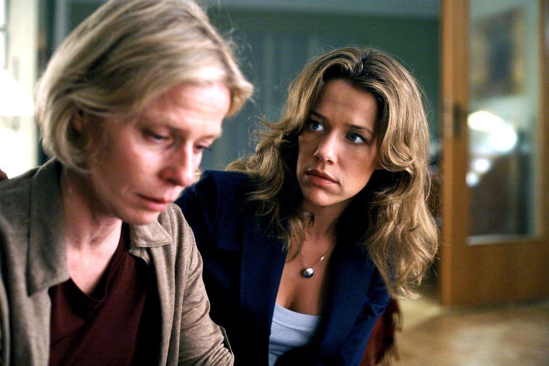 Esther (Alexandra Neldel, r.) will endlich die Wahrheit von ihrer Mutter (Corinna Kirchhoff, l.) wissen: Wer sind die Personen auf dem Foto und habe... - Bildquelle: Petro Domenigg Sat.1
