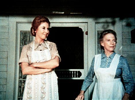 Die Waltons - Großmutter Ester (Ellen Corby, r.) und Olivia Walton (Michael L...