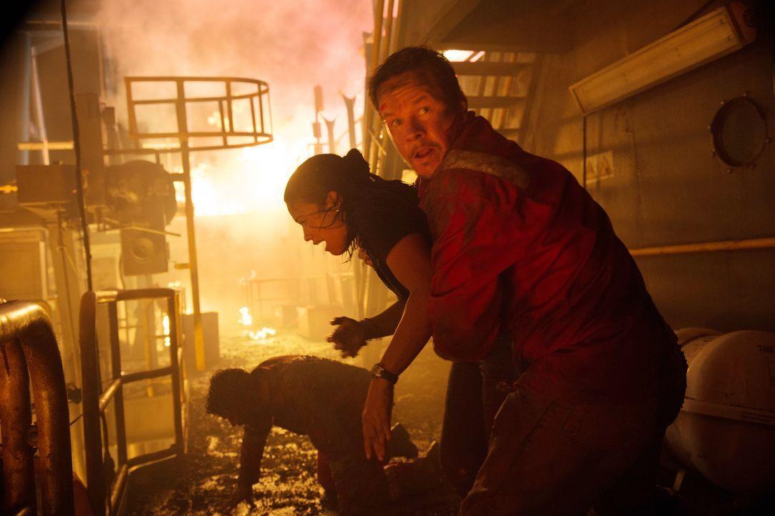 Als auf der Bohrplattform Deepwater Horizon eine Explosion für lebensgefährliches Chaos sorgt, müssen auch Andrea Fleytas (Gina Rodriguez, l.) und M... - Bildquelle: Enrique Chediak Studiocanal