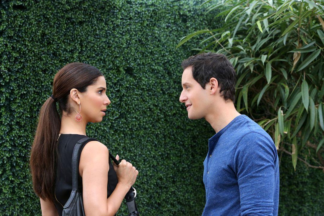 Wird Carmen (Roselyn Sanchez, l.) ihren Chef für Geld bei dem Journalisten Zach Fowler (Jeremy Glazer, r.) verraten? - Bildquelle: ABC Studios