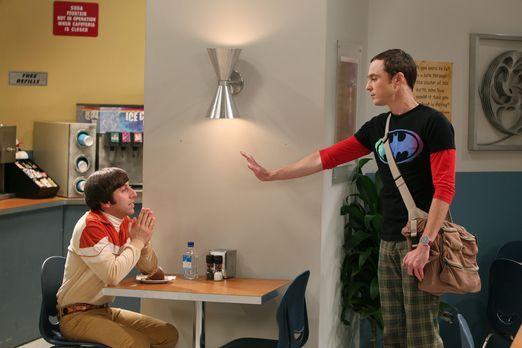 The Big Bang Theory - Howard (Simon Helberg, l.) muss sich für ein Projekt ei...