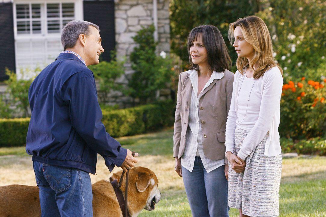 Schockierendes Geständnis: Nora (Sally Field, M.) und Kitty (Calista Flockhart, r.) enthüllen George Laffertys (David Andrews, l.) jahrelang wohlbeh... - Bildquelle: 2008 ABC INC.