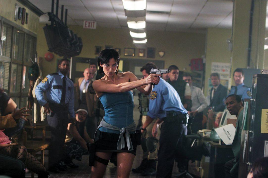 Als ehemalige Angehörige der Umbrella Corporation-Spezialeinheit S.T.A.R.S. weiß Jill (Sienna Guillory), dass ihrer Heimatstadt ein gnadenloses Schi... - Bildquelle: Constantin Film