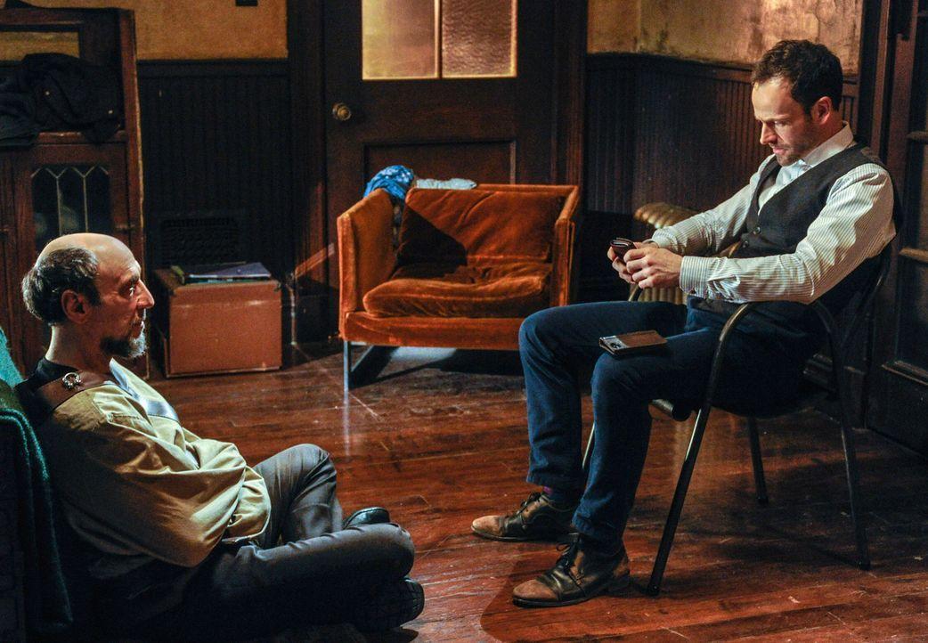 Kann Daniel Gottlieb (F. Murray Abraham, l.) Sherlock Holmes (Jonny Lee Miller, r.) in seinem neuen Fall weiterhelfen? - Bildquelle: CBS Television