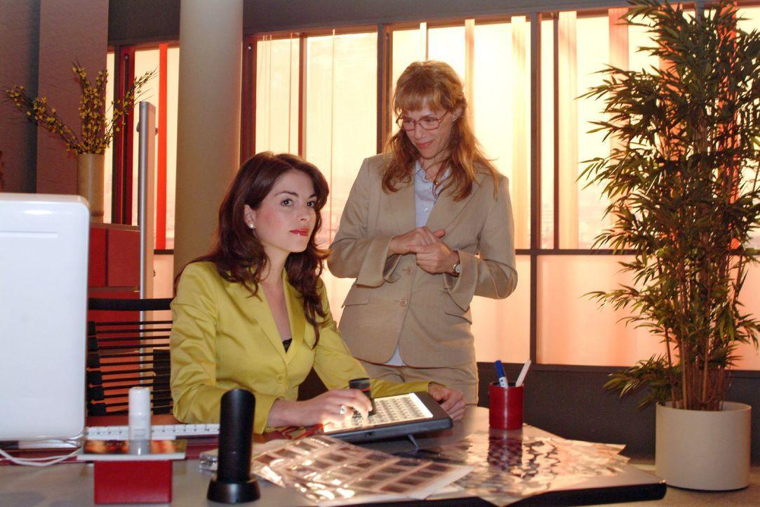 Mariella (Bianca Hein, l.) ist verwundert, als sie beim Betrachten der Bilder auf jedem Motiv das Model Verena entdeckt. Doch Lisa (Alexandra Neldel... - Bildquelle: Monika Schürle Sat.1