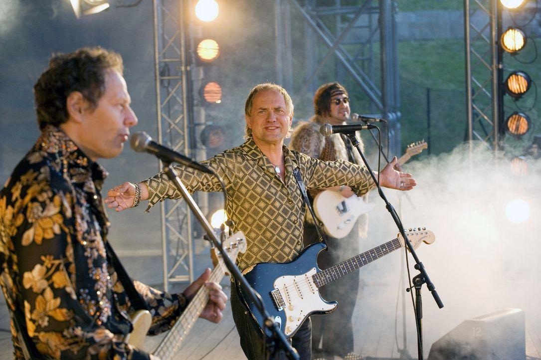 Ein Traum wird wahr: Carlo (Uwe Ochsenknecht, M.) steht mit seinen alten Bandmitgliedern auf der Bühne. - Bildquelle: Gordon Mühle Sat.1