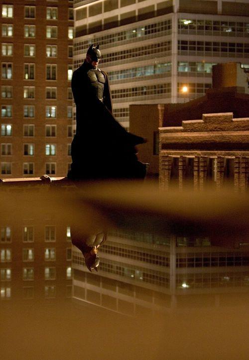 Erst als Batman (Christian Bale), als Jäger aller Schurken, findet Millionärssohn Bruce seinen Platz im Leben ... - Bildquelle: 2005 Warner Brothers