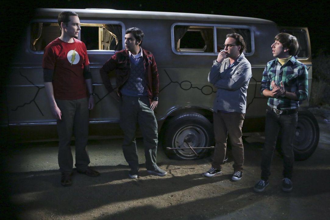 Auf dem Weg nach Mexiko, um den Junggesellenabschied von Leonard (Johnny Galecki, 2.v.r.) zu feiern, platzt ein Reifen und Sheldon (Jim Parsons, l.)... - Bildquelle: 2015 Warner Brothers