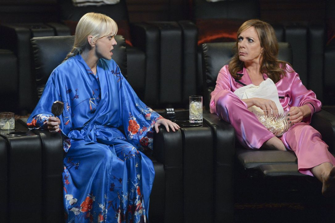 Sind mehr als geschockt, als sie von Jill rausgeworfen werden: Christy (Anna Faris, l.) und Bonnie (Allison Janney, r.) ... - Bildquelle: Warner Bros. Television