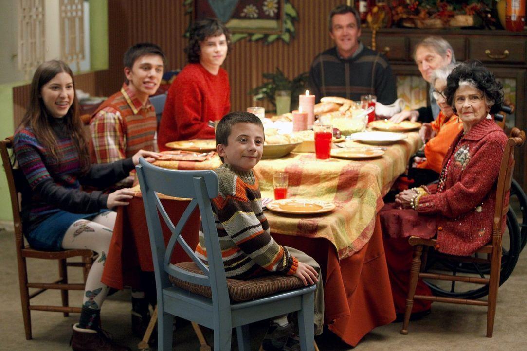 Wird das Thanksgiving-Dinner trotz aller Katastrophen doch noch zum Erfolg? Zumindest haben sich alle um den Tisch versammelt: Brick (Atticus Shaffe... - Bildquelle: Warner Brothers