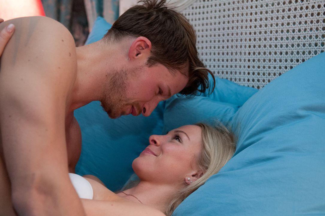 Julian (Oliver Bender, l.) und Luisa (Jenny Bach, r.) arbeiten voll verzweifelter Hingabe an Luisas erstem Orgasmus. Doch wird sie diesen Höhepunkt... - Bildquelle: Oliver Ziebe SAT.1