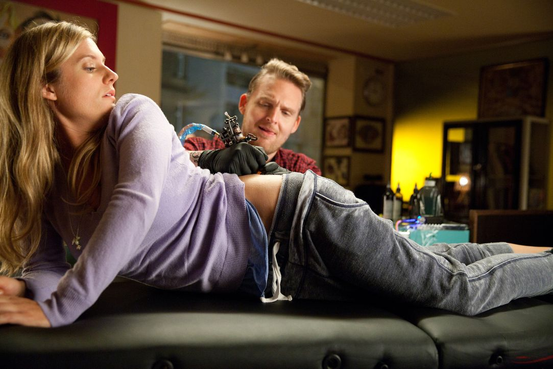 Im Streit lässt sich Sven, der im Körper Katharinas (Marie Burchard, l.) steckt, von Flo (Axel Stein, r.) ein Tattoo auf den Po stechen! Eigentlich... - Bildquelle: Maor Waisburd SAT.1