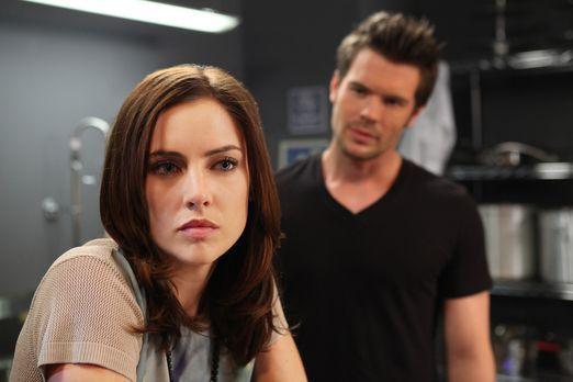90210 - Erin (Jessica Stroup, l.) weiß nicht was sie tun soll. Auf der einen...