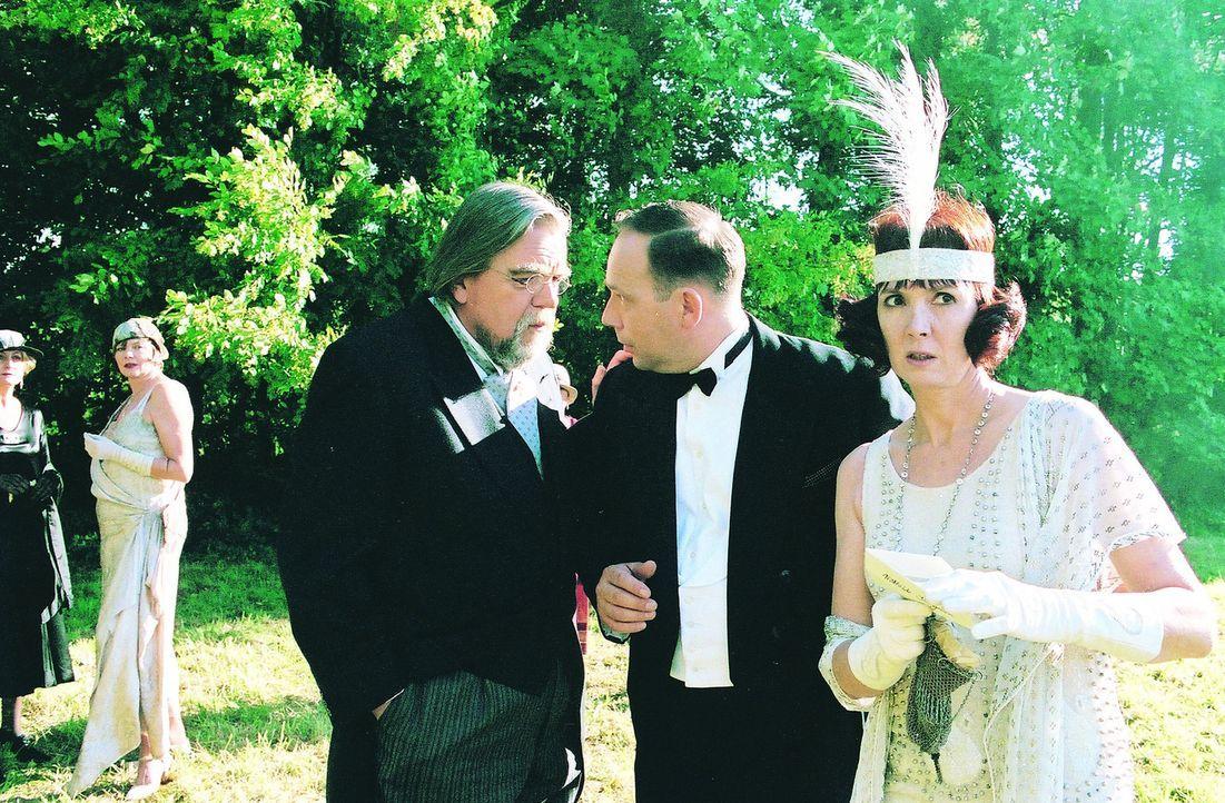 Ein Mordanschlag steht ins Haus. Noch hat Stangerson (Michael Lonsdale, l.), seine Tochter Mathilde (Sabine Azéma, r.) und ihr Verlobter Robert Dar...