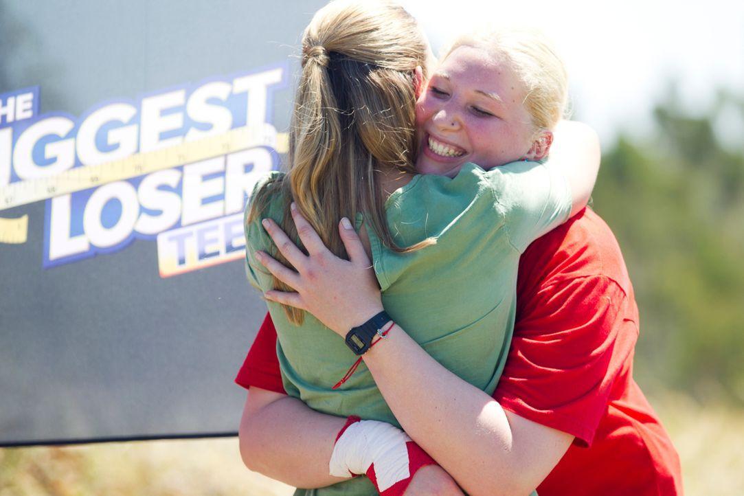 Campchefin Dr. Christine Theiss (l.) ist immer wieder beeindruckt von Lauras (r.) mentaler Stärke und ihrem Siegeswillen ... - Bildquelle: Enrique Cano SAT.1