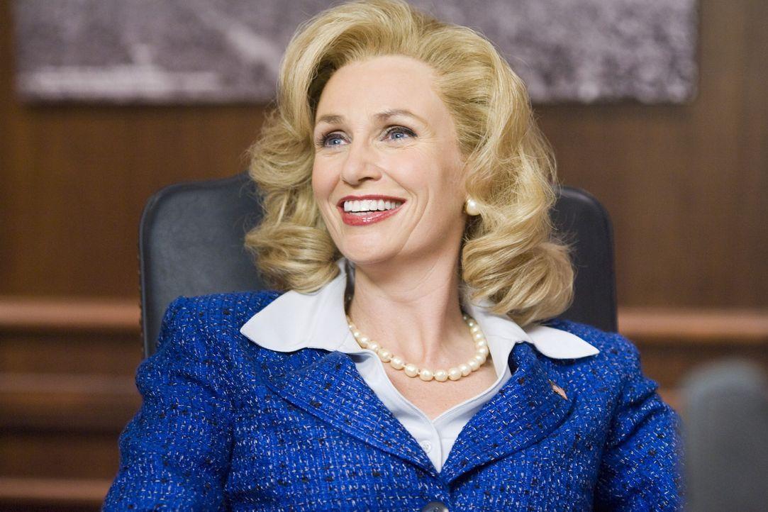 Die Senatorin Kay Bee Hartmann (Jane Lynch) ahnt nicht, dass sie ihre Tochter mit drei Babysittern, die mit Bier und Bikini endlich nachholen wollen... - Bildquelle: Warner Bros.