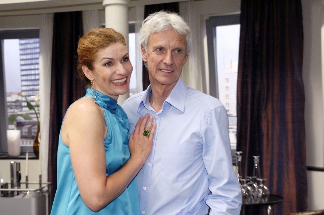 Natascha (Franziska Matthus, l.) und Robert (Mathieu Carrière, r.) spielen Nancy ein harmonisches Ehepaar vor. - Bildquelle: Oliver Ziebe Sat.1
