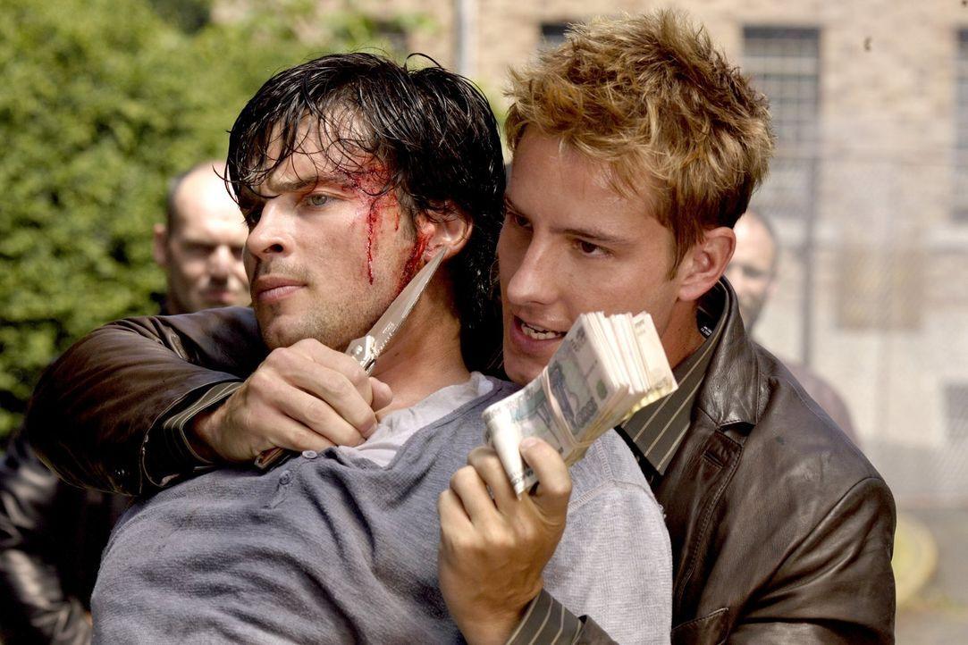 Clarks (Tom Welling, l.) Kidnapper müssen eingeschüchtert werden, damit ihn Oliver (Justin Hartley, r.) freikaufen kann. Da ist ein bisschen Gewalt... - Bildquelle: Warner Bros.