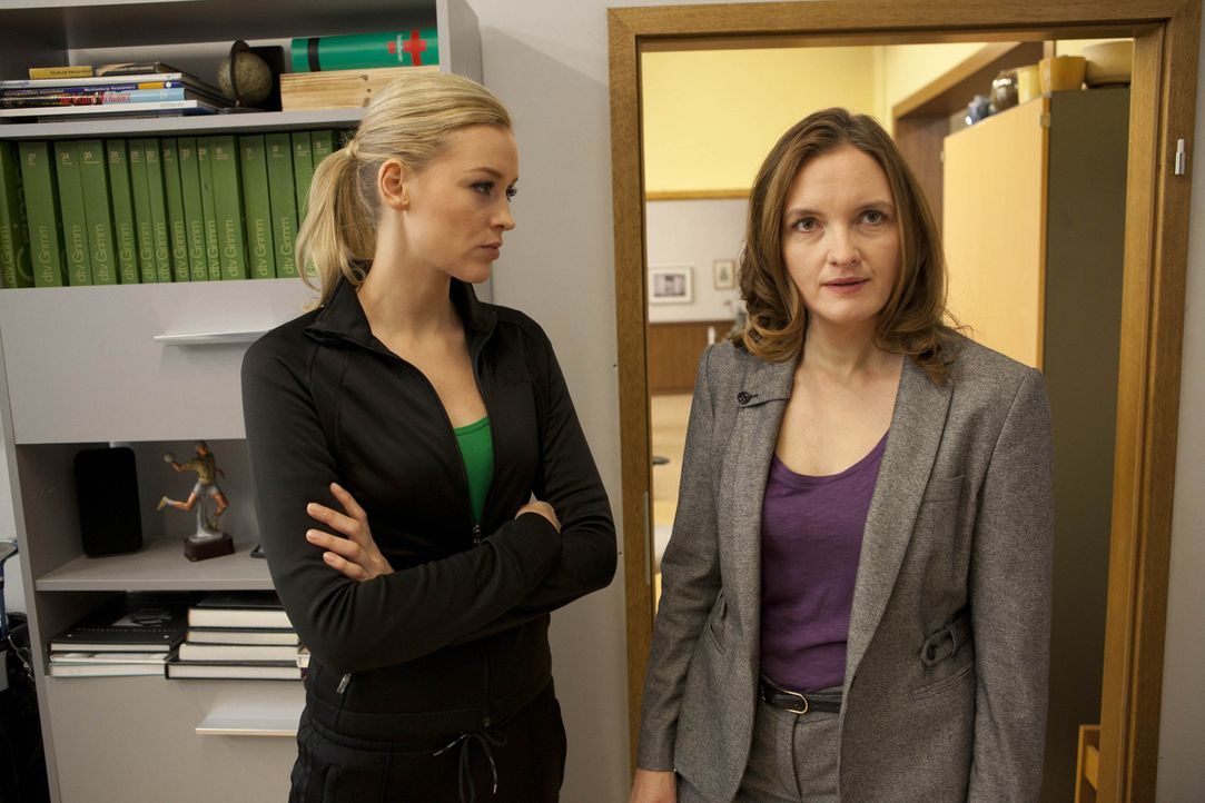 Sind keine guten Freunde: Gabriele (Marie Schneider, r.) und Alexandra (Verena Mundhenke, l.) ... - Bildquelle: SAT.1