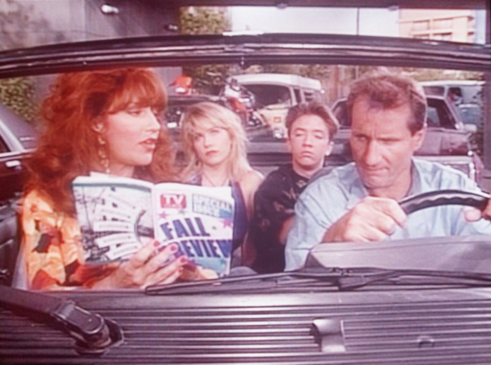 Al (Ed O'Neill, r.), Peggy (Katey Sagal, l.), Kelly (Christina Applegate, 2.v.l.) und Bud (David Faustino) verbringen ihren Kurzurlaub im Stau. - Bildquelle: Columbia Pictures