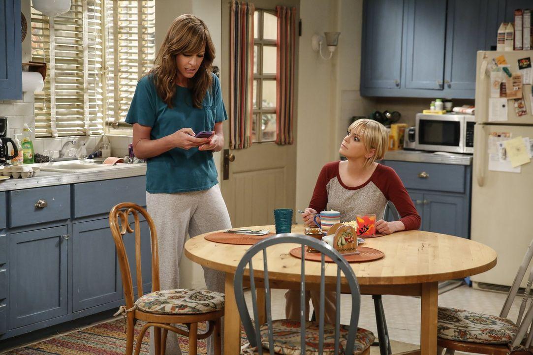 Christy (Anna Faris, r.) hört sich die Sorgen von ihrer Mutter Bonnie (Allison Janney, l.) an. Sie kann nicht glauben, dass Adam sie nicht mehr attr... - Bildquelle: 2016 Warner Bros. Entertainment, Inc.