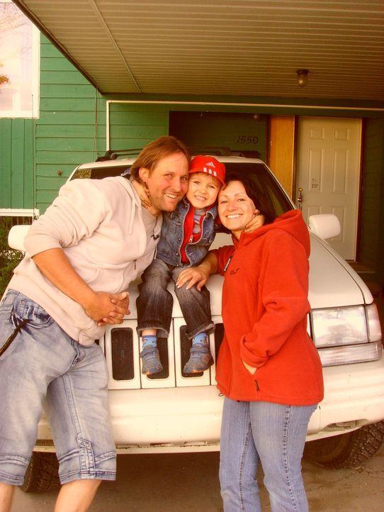 Thomas (l.) und Katrin (r.) Ebersbach wandern mit ihrem vierjährigen Sohn Vincent (M.) vom sächsischen Ellefeld nach Kanada aus ... - Bildquelle: kabel eins