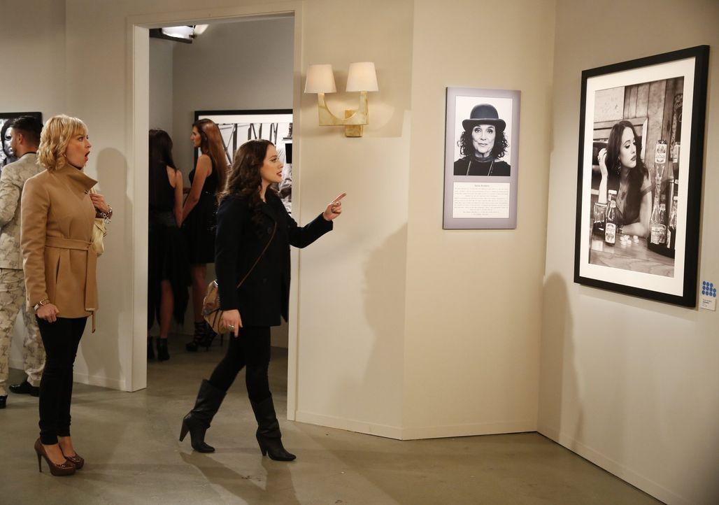 Caroline (Beth Behrs, l.) ist geschockt, als sie erkennt, das Max (Kat Dennings, r.) einer berühmten Fotografin als Model diente ... - Bildquelle: Warner Bros. Television